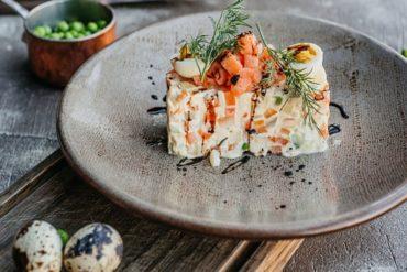 Салат Оливье с копченым лососем
